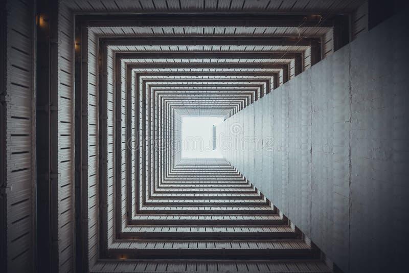 Vue inférieure carrée isométrique de l'intérieur du bâtiment Art d'architecture, fond d'abrégé sur conception, ou concept d'indus photos stock
