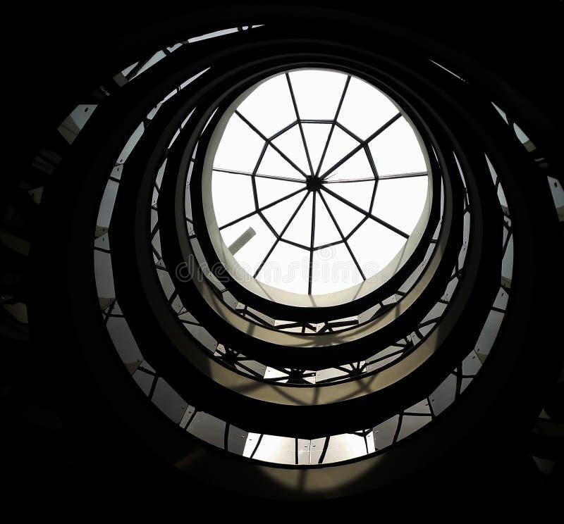 Vue inférieure d'escalier en spirale photo stock