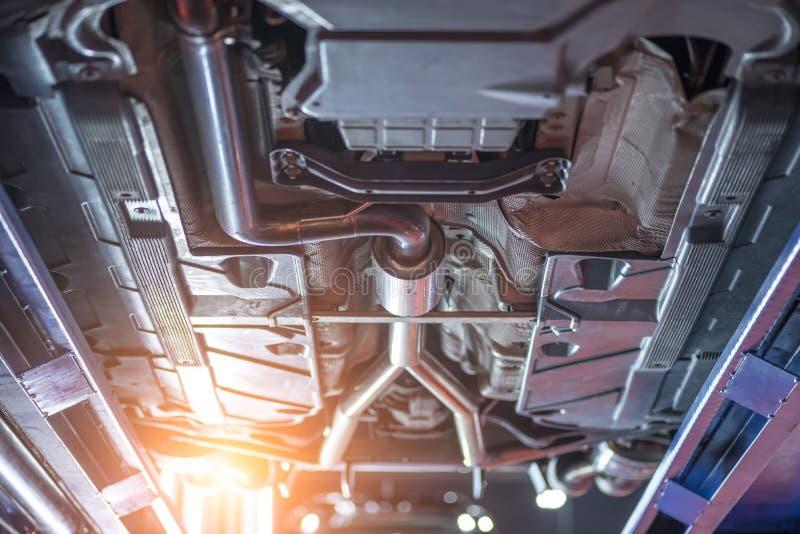 Vue inférieure de châssis de voiture, voiture de mécanicien d'automobile photos stock