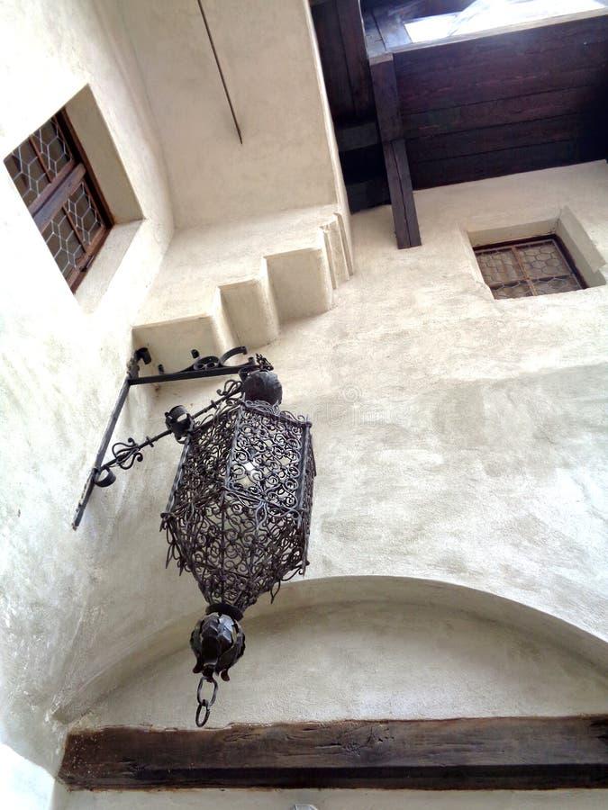 Vue inférieure de château de son de cour, la Transylvanie, Roumanie images stock