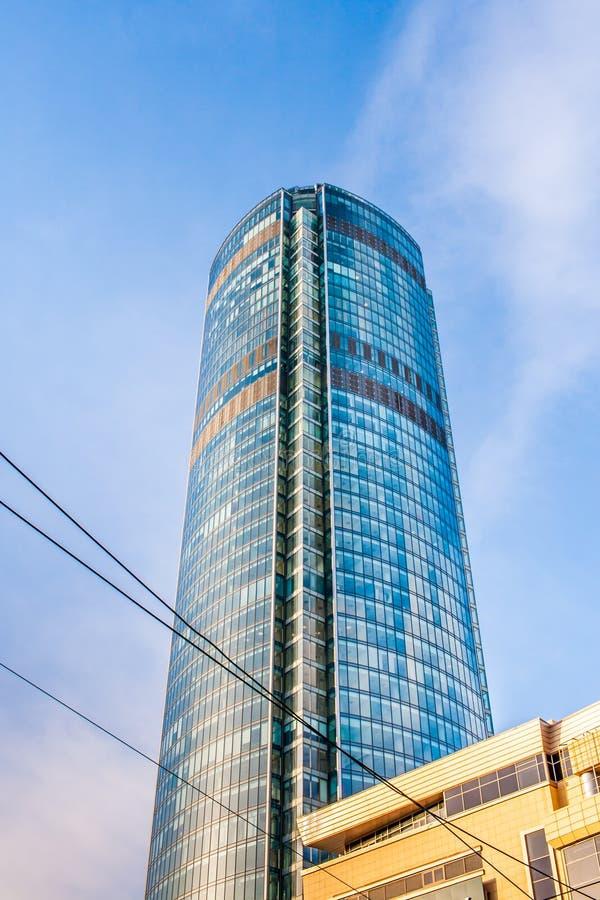 Vue inférieure de gratte-ciel de Vysotsky au centre d'Iekaterinbourg, Russie, contre le ciel bleu photographie stock