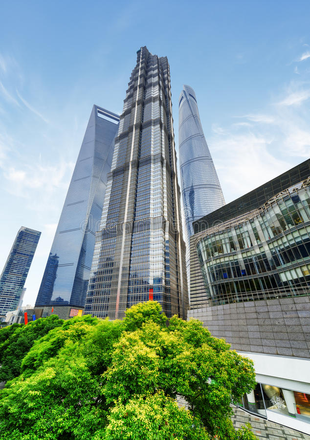 Vue inférieure de Jin Mao Tower et d'autres gratte-ciel changhaï photos stock