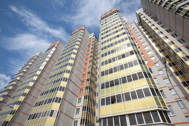 Vue inférieure de la façade d'un nouveau gratte-ciel dans le nouveau secteur photo libre de droits