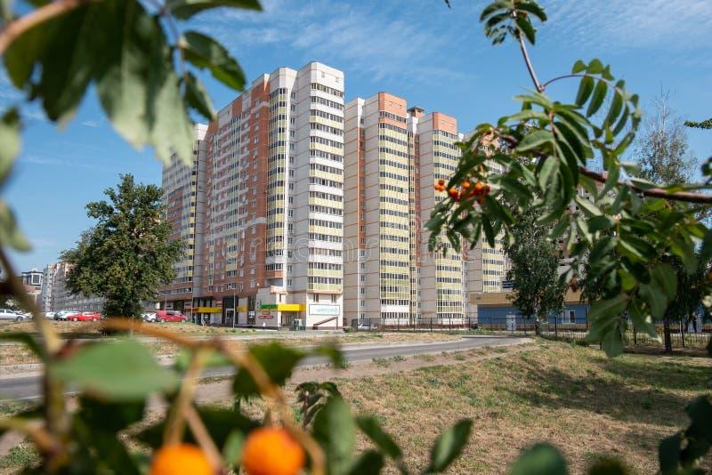 Vue inférieure de la façade d'un nouveau gratte-ciel dans le nouveau secteur photos libres de droits