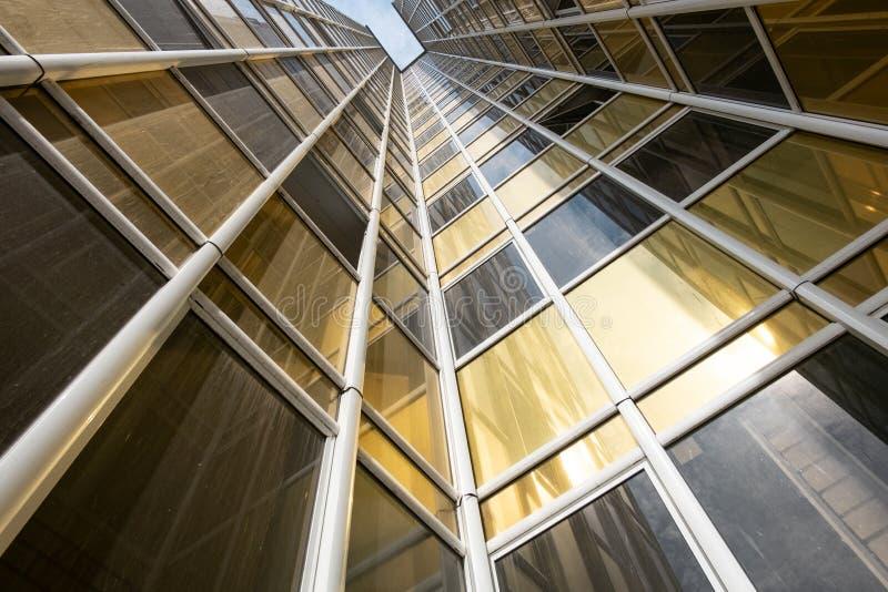 Vue inférieure de la façade d'un nouveau gratte-ciel dans le nouveau secteur photographie stock
