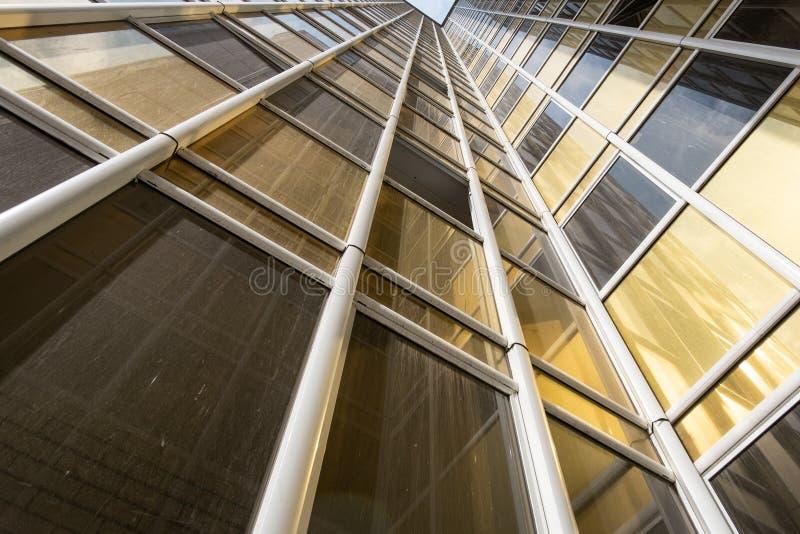 Vue inférieure de la façade d'un nouveau gratte-ciel dans le nouveau secteur images libres de droits