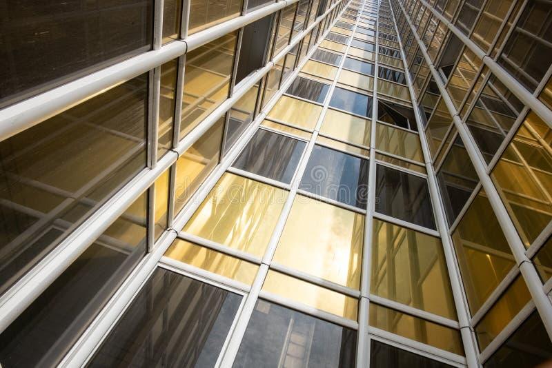 Vue inférieure de la façade d'un nouveau gratte-ciel dans le nouveau secteur image stock