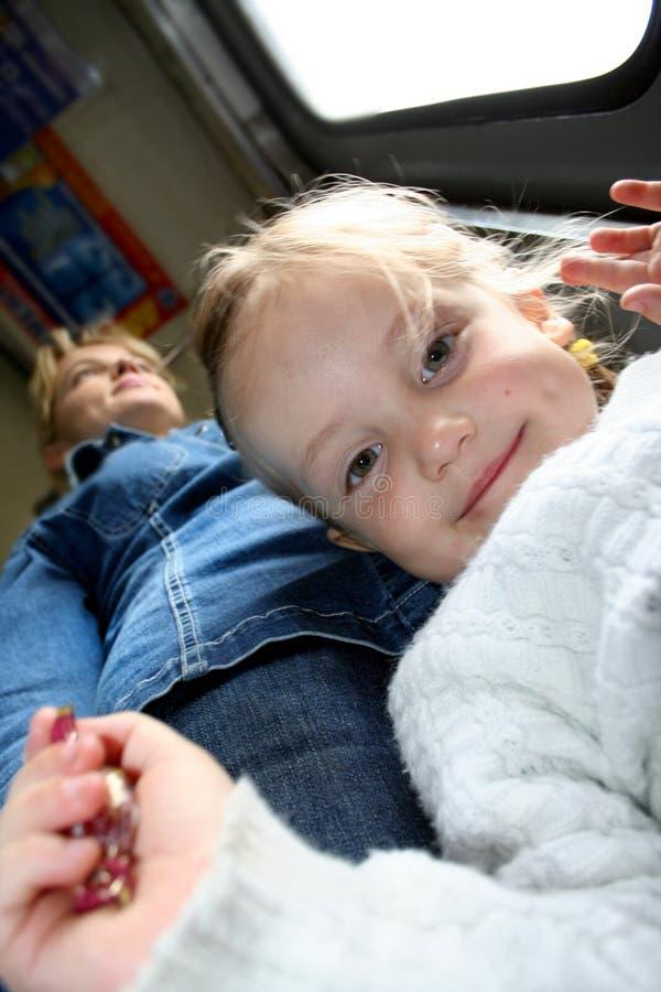Vue inférieure de la petite fille de sourire regardant l'appareil-photo et de HOL photo stock