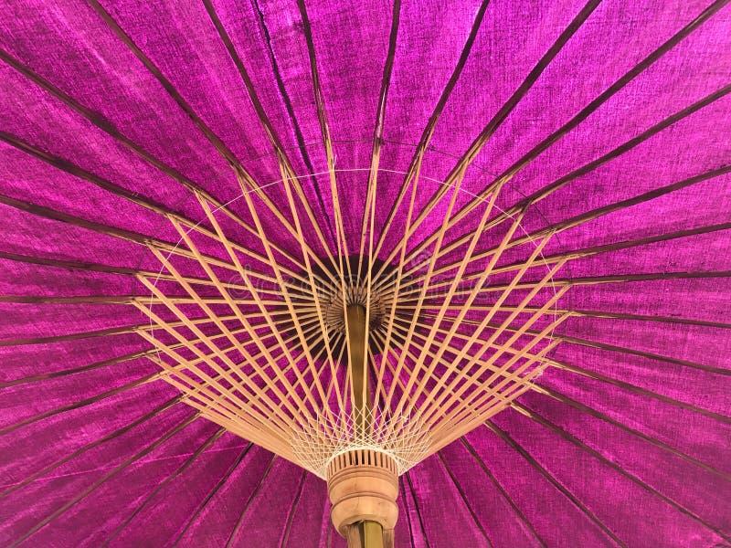 Vue inférieure de parapluie thaïlandais de pourpre de métier photographie stock libre de droits
