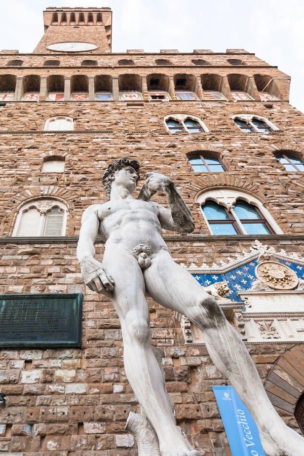 Vue inférieure de statue David à l'entrée de Palazzo photos libres de droits