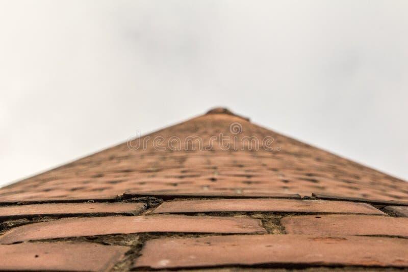 Vue inférieure de tour de brique images stock