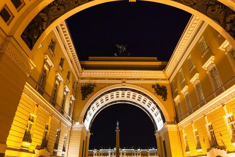 vue inférieure de voûte dans le St Petersbourg dans la nuit images stock