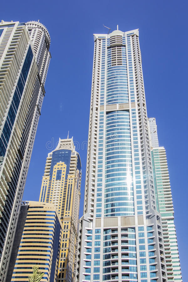 Vue inférieure des gratte-ciel à Dubaï photo libre de droits