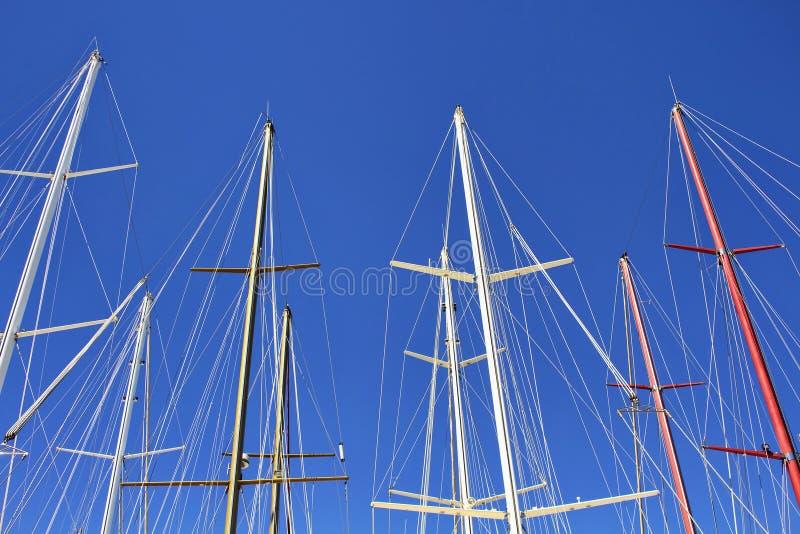 Vue inférieure des mâts des yachts photographie stock libre de droits