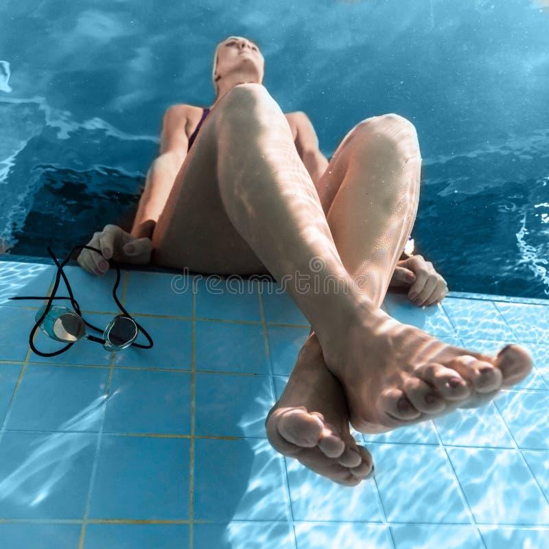 vue inférieure du repos femelle de nageur photographie stock