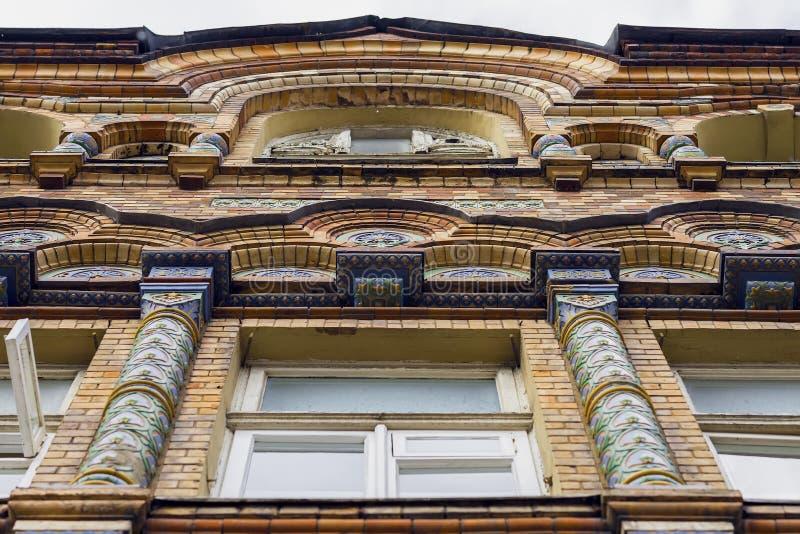 Vue inférieure du vieux, historique bâtiment Fenêtre avant de la structure, édifice avec le style classique d'architecture de mos photo libre de droits