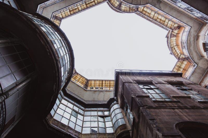 Vue inférieure sur le vieux bâtiment historique dans la ville de Budapest, Hongrie photo stock