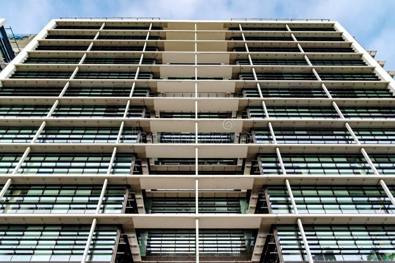 Vue inférieure Windows carré gris en verre du gratte-ciel moderne de bâtiment d'affaires de ville La perspective de recul, mouvem images libres de droits