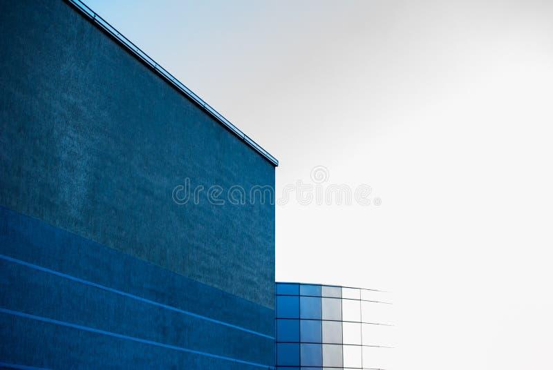 Vue inf?rieure des gratte-ciel modernes au district des affaires au coucher du soleil avec l'effet de filtre de fus?e de lentille images libres de droits