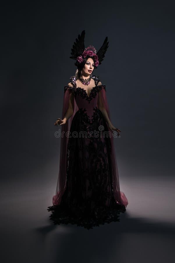 Vue intégrale de femme avec du charme de brune dans la couronne rose photographie stock libre de droits