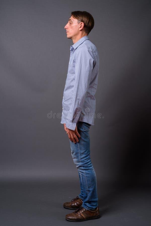 Vue intégrale de profil tirée de l'homme italien bel mûr photographie stock libre de droits