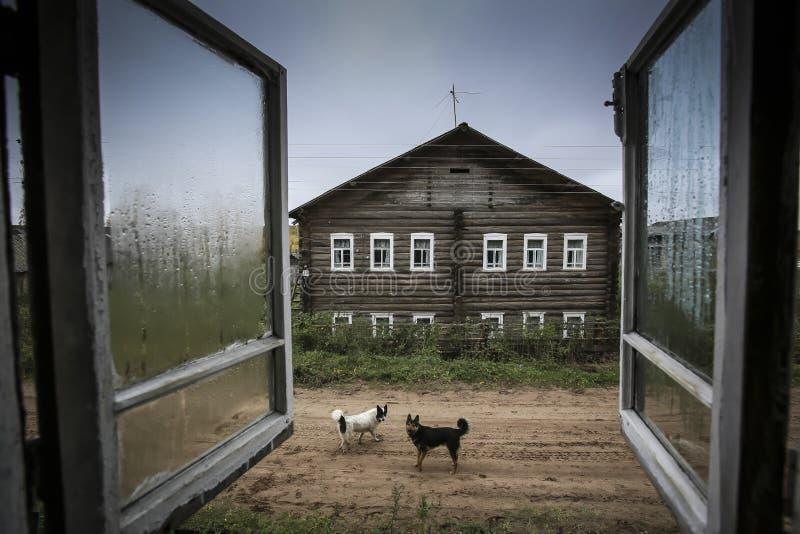 Vue intéressante par la fenêtre éclaboussée par pluie photographie stock