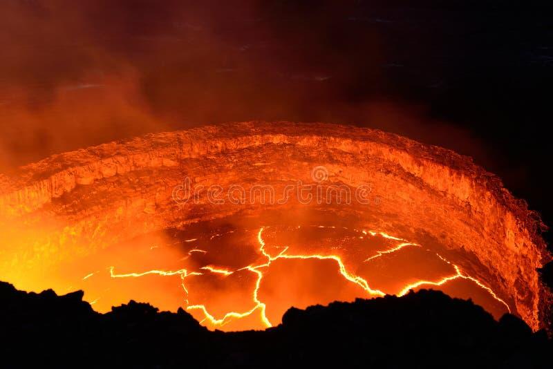 Vue intérieure d'un volcan actif avec l'écoulement de lave en Volcano National Park, grande île d'Hawaï photos libres de droits