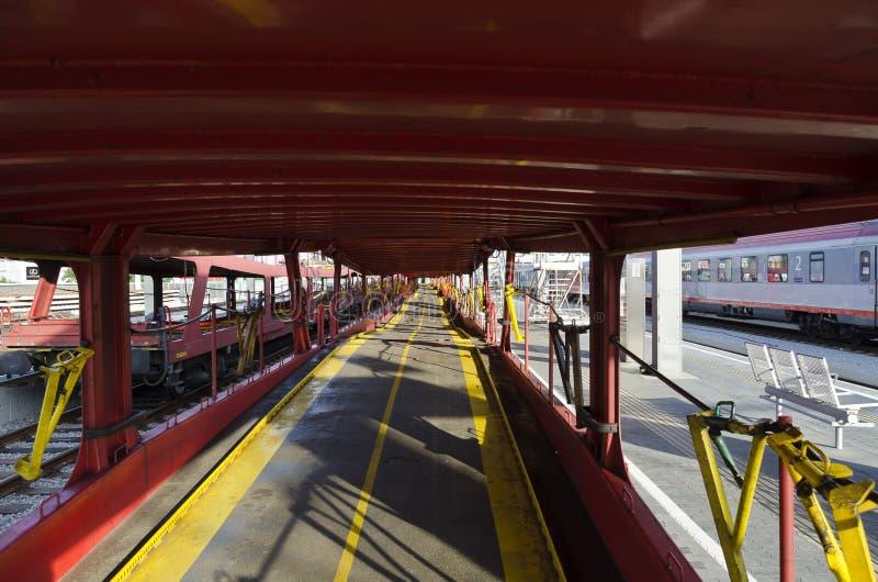 Vue intérieure d'une rangée des chariots vides de train de voiture photographie stock libre de droits