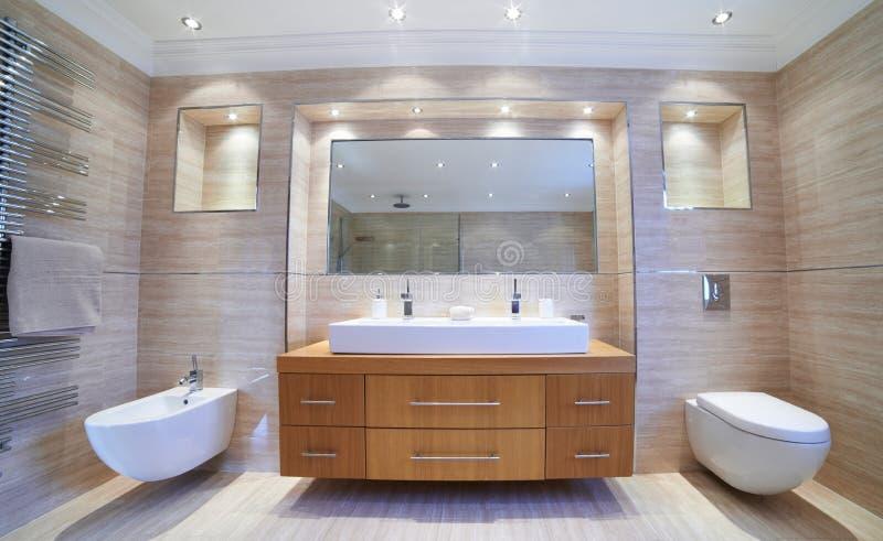 Vue intérieure de belle salle de bains de luxe images stock