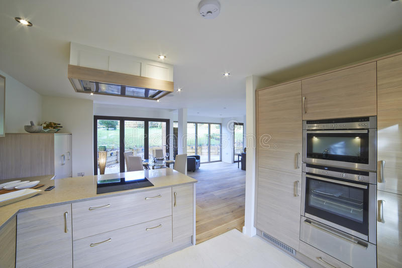Vue intérieure de belles salle à manger et cuisine de luxe photographie stock