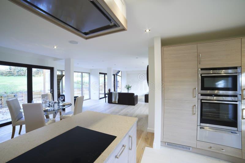 Vue intérieure de belles salle à manger et cuisine de luxe images libres de droits