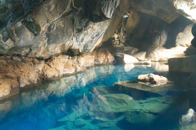 Vue intérieure de caverne de lave de Grjotagja, point de repère de l'Islande photographie stock libre de droits