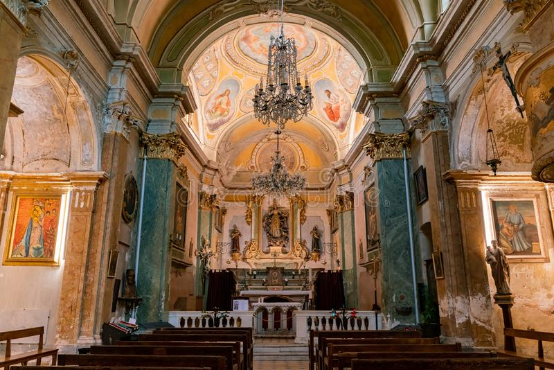Vue intérieure de l'église historique de notre Madame de l'acceptation d'Eze images libres de droits