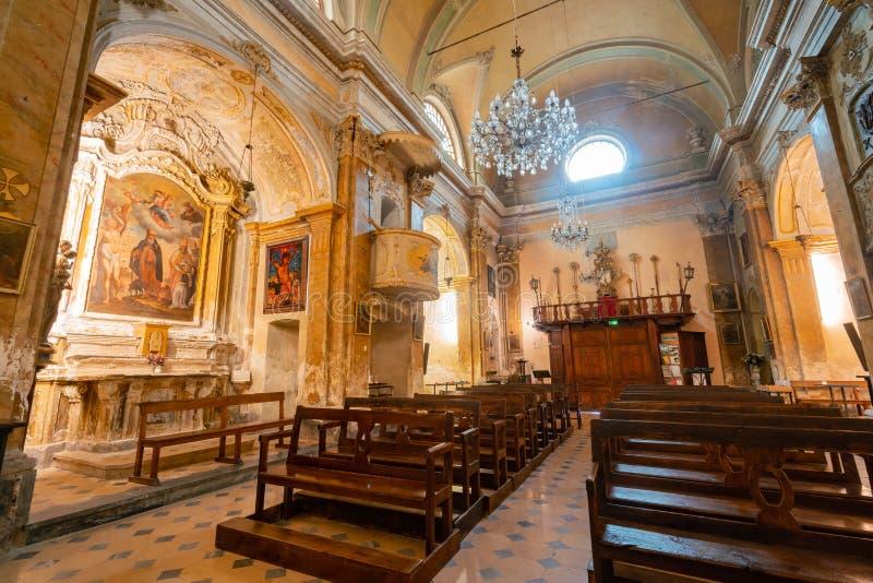 Vue intérieure de l'église historique de notre Madame de l'acceptation d'Eze photos libres de droits