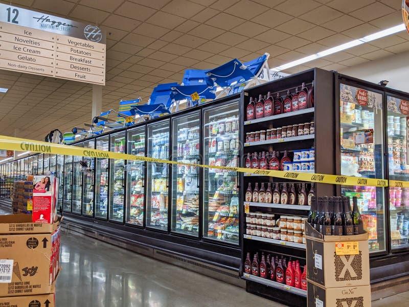 Vue intérieure de l'épicerie Haggen Northwest Fresh, l'allée des aliments congélateurs est images libres de droits