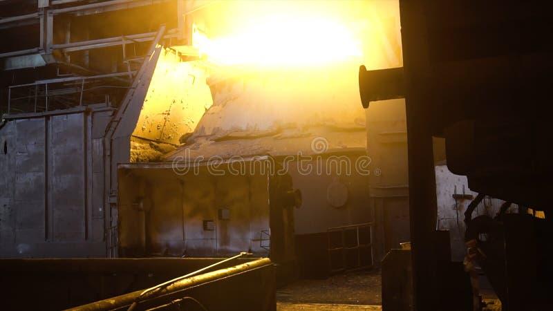 Vue intérieure de l'aciérie avec la poche énorme de l'alliage brûlant en métal longueur Vue de four Martin avec lumineux images libres de droits