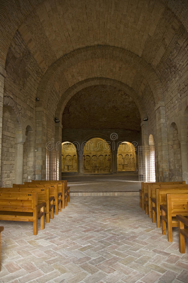 Vue intérieure de monastère de San Juan de la Pena, Jaca, à Jaca, Huesca, Espagne, découpée de la pierre sous une grande falaise  photo libre de droits