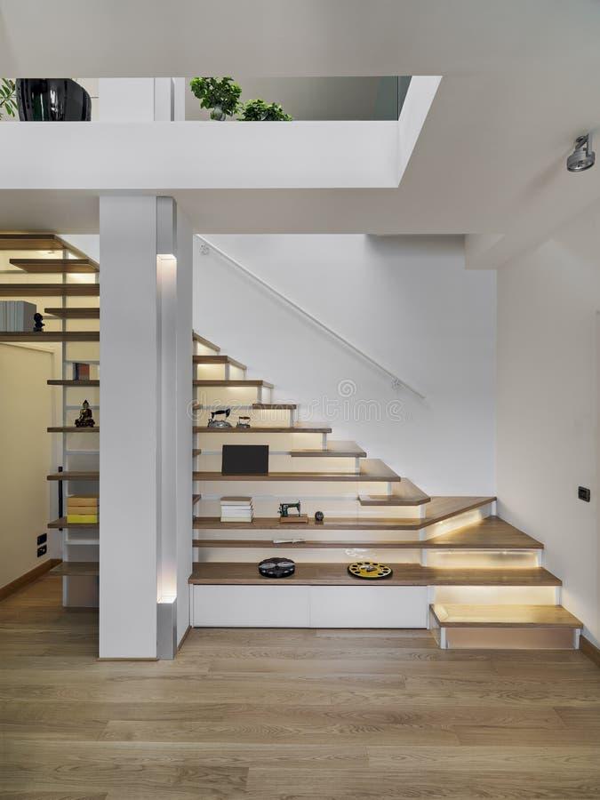 Vue intérieure de salon avec l'escalier moderne photographie stock libre de droits