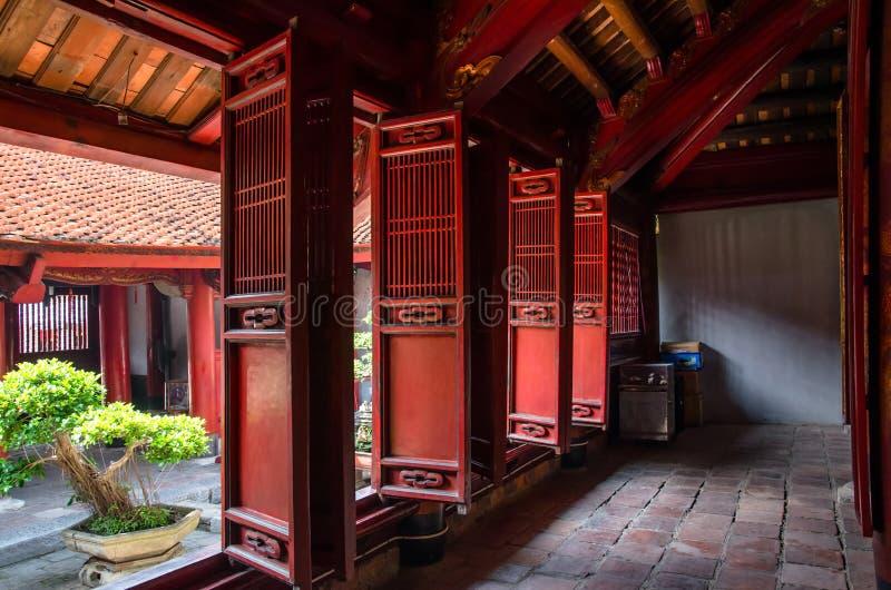 Vue intérieure de temple de la littérature, il également connu sous le nom de Temple of Confucius à Hanoï photos libres de droits