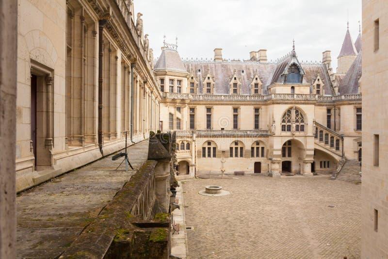 Vue intérieure de terrasse de pierrefond de château de coutyard photo stock