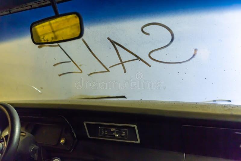 Vue intérieure de vieil intérieur cassé de voiture avec le tableau de bord poussiéreux de véhicule, le miroir arrière, conduisant photographie stock libre de droits