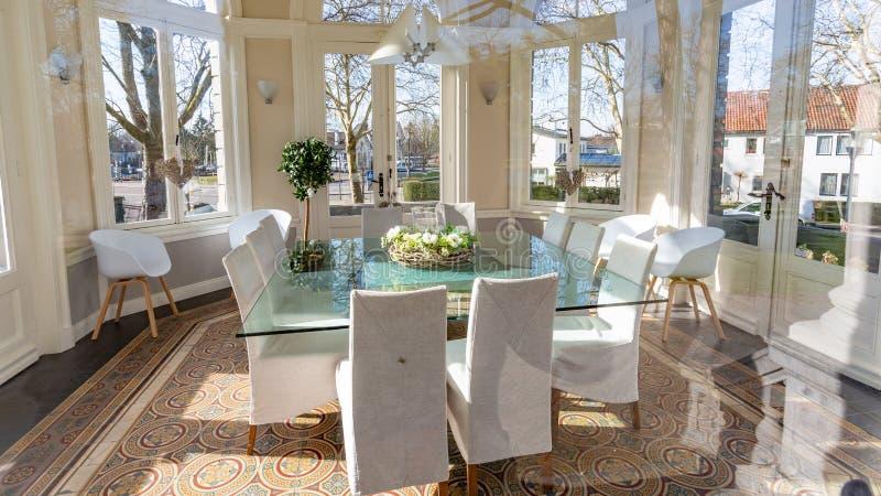 Vue intérieure du dôme ou du Gloriette de thé en parc de Proosdij image libre de droits