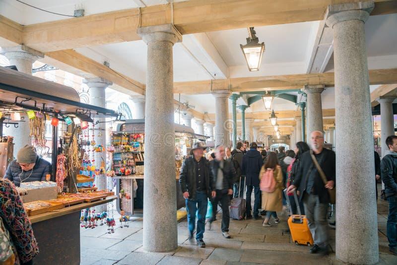 Vue intérieure du marché célèbre de jardin de Covent images libres de droits