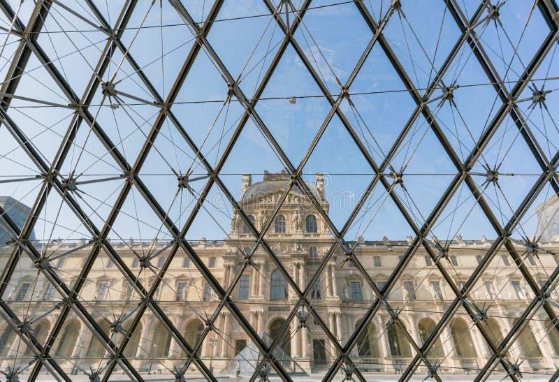 Vue intérieure du musée et de la pyramide célèbres de Louvre chez Parisat Paris photos libres de droits