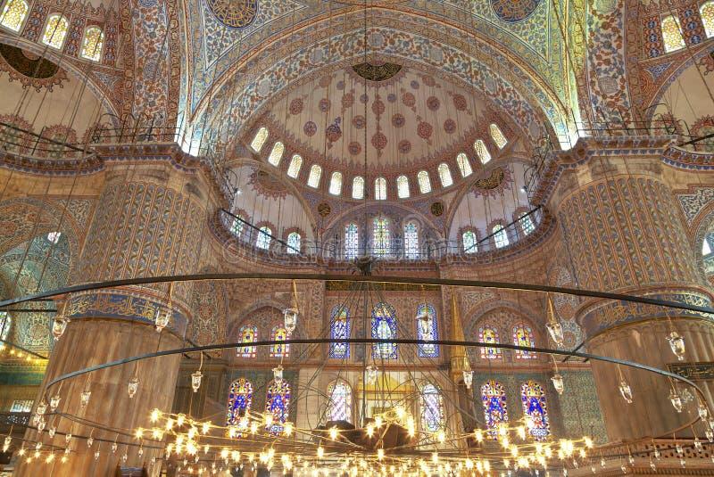 Vue interne de mosquée bleue photos stock
