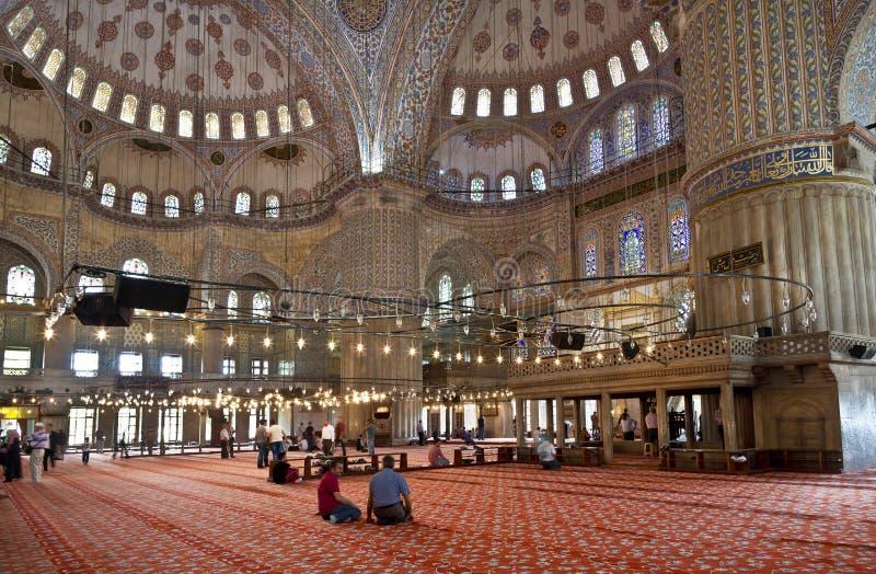Vue interne de mosquée et de croyants bleus photos libres de droits