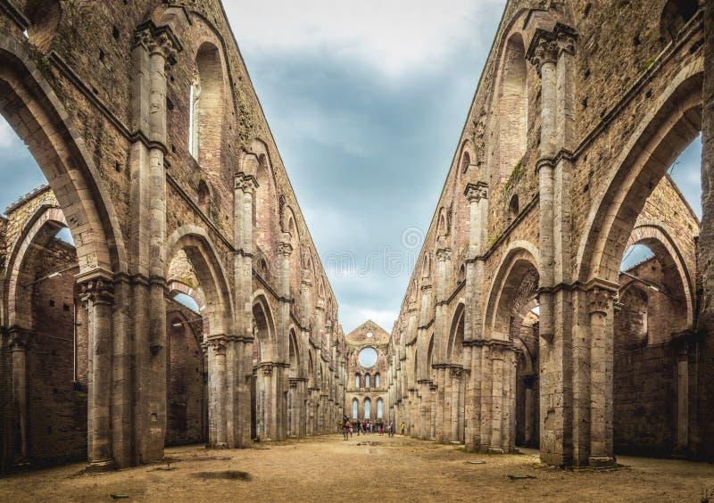 Vue interne des ruines de l'abbaye de San Galgano près de Sienne image libre de droits