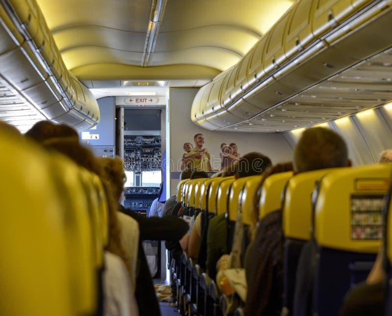 Vue interne du vol de Ryanair ? l'a?roport de Londres Stansted image stock