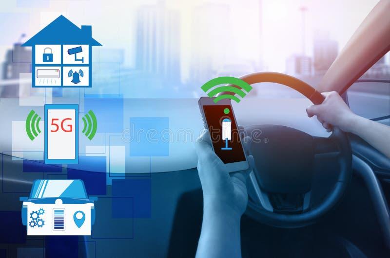 Vue interne et ordre automatique d'individu conduisant avec le contrôle intelligent de maisons de connexion de smartphone, techno photos stock
