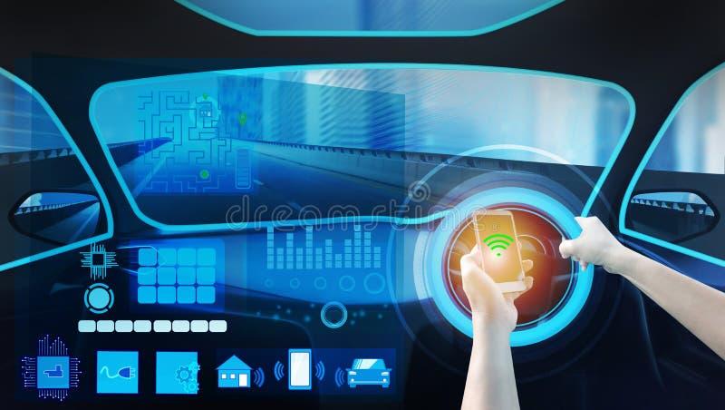 Vue interne et ordre automatique d'individu conduisant avec le smartphone, technologie futée électrique de voiture photographie stock